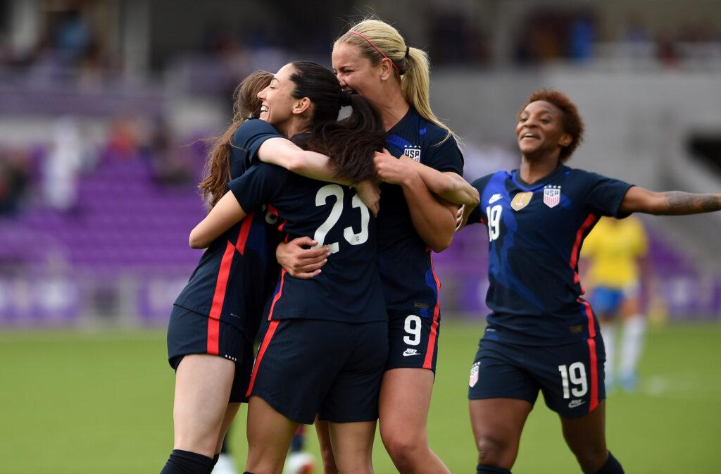 Plantel femenino de Estados Unidos festejando el 2 a 0 sobre Brasil - Copa SheBelieves
