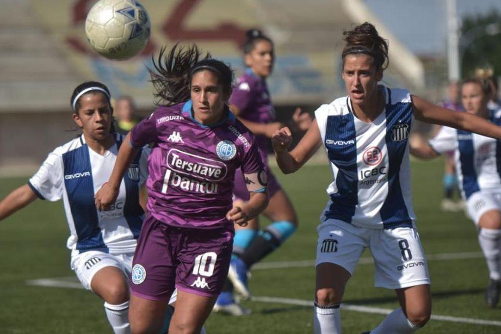 Queriendo pasar de Racing de Córdoba a Talleres, Sofía Belmar y Noelia Rodríguez necesitan juntar más de 70 mil pesos para recibir los papeles y ser habilitadas por la liga provincial.