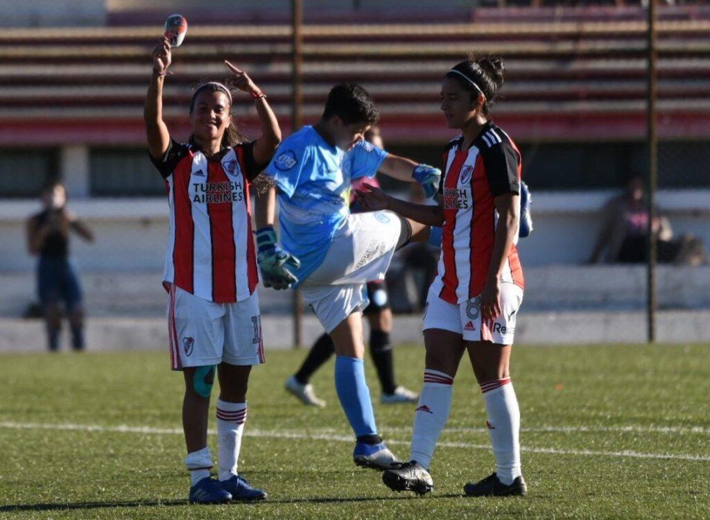 River goleó 7-1 a Villa San Carlos y sigue prendido a la punta de la Zona B.