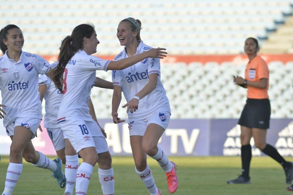 El Nacional de Uruguay firmó contrato profesional con su plantilla de fútbol femenino