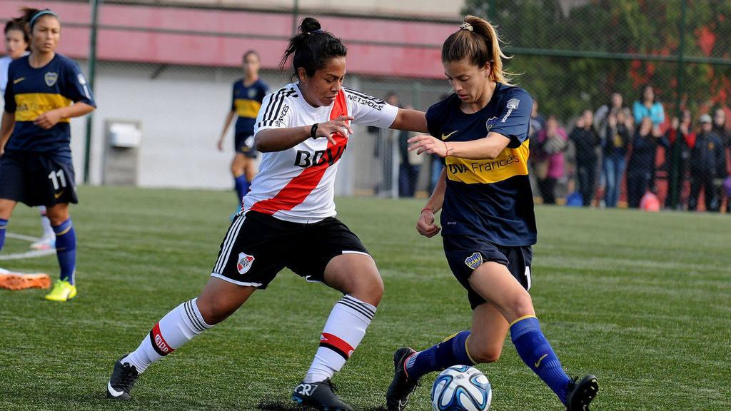 Karen Landaverde jugando un Superclásico con River Plate.
