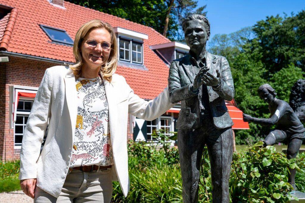 Sarina Weigman es la primera mujer en tener su estatua en el jardín de esculturas de la KNVB.