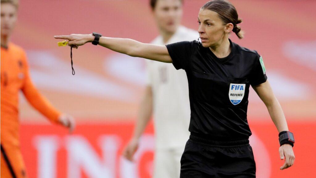 Frappart será la primera mujer en participar de la Eurocopa masculina.